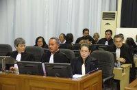 adwokaci siedzący na sali sądowej