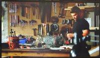 Mężczyzna naprawiający urządzenie